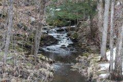 9565921-escenico-pequeno-riachuelo-de-montana-en-cascada-sobre-rocas-y-piedras-formando-un-cascadas-muy-poco
